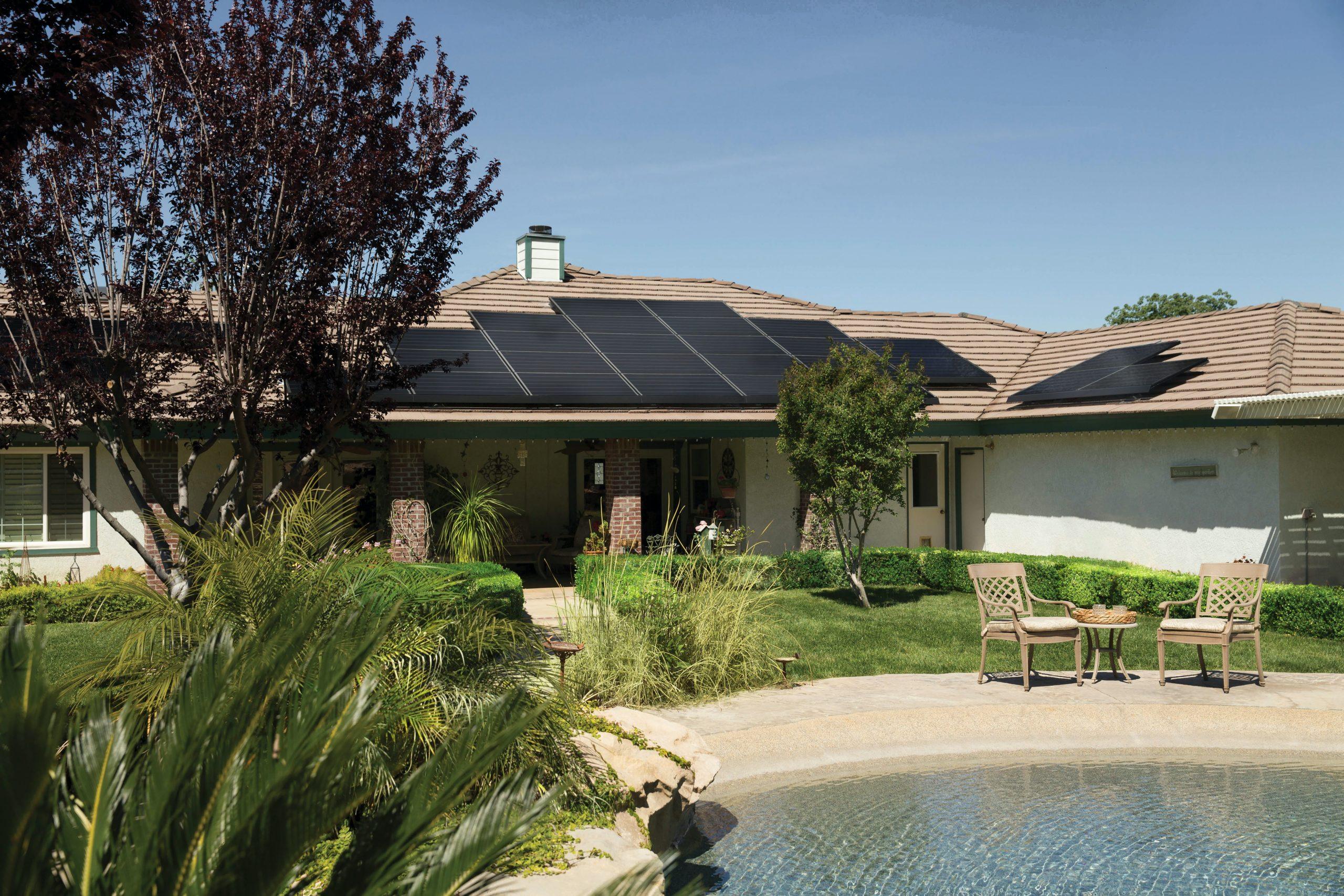 Namestitev sončne elektrarne na strehi hiše.